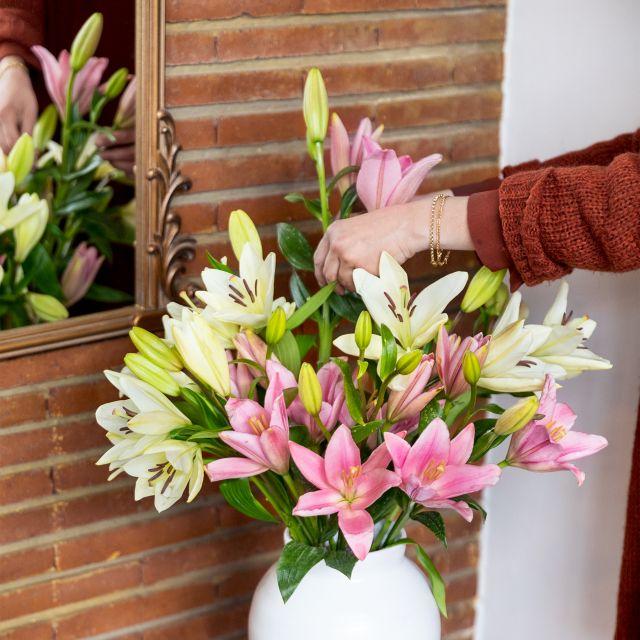 Verschicke einen Blumenstrauß mit weißen Lilien und Rosen zum Muttertag