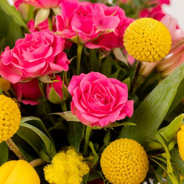 Bouquet di fiori con mimosa e tulipani