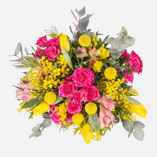 Bouquet di fiori freschi con mimosa e tulipani