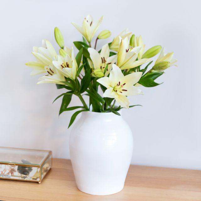 Muttertagsstrauß mit weißen Lilien kaufen