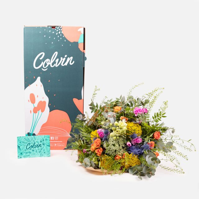 Ramo de flores frescas con rosas de pitimini e achillea