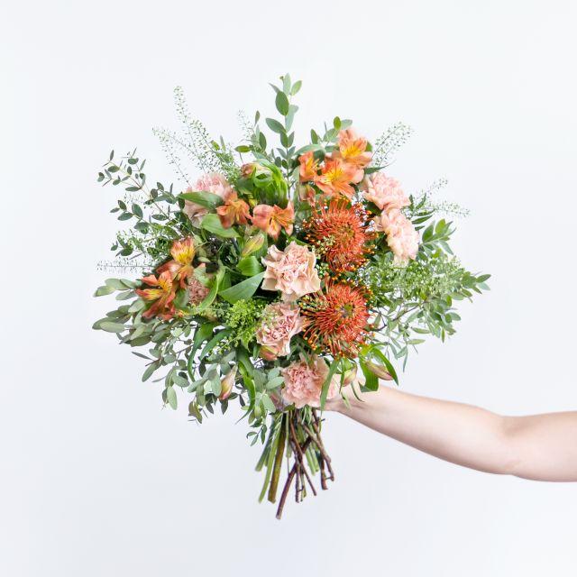 Envío online ramo con claveles y crema corporal
