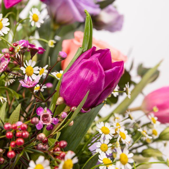 Invia bouquet di fiori con tulipani e rose viola