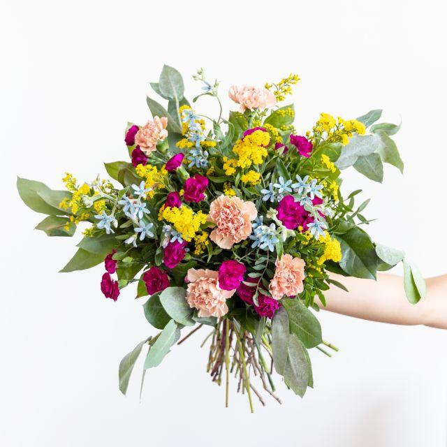 Bouquet di fiori con garofani e oxypetalum