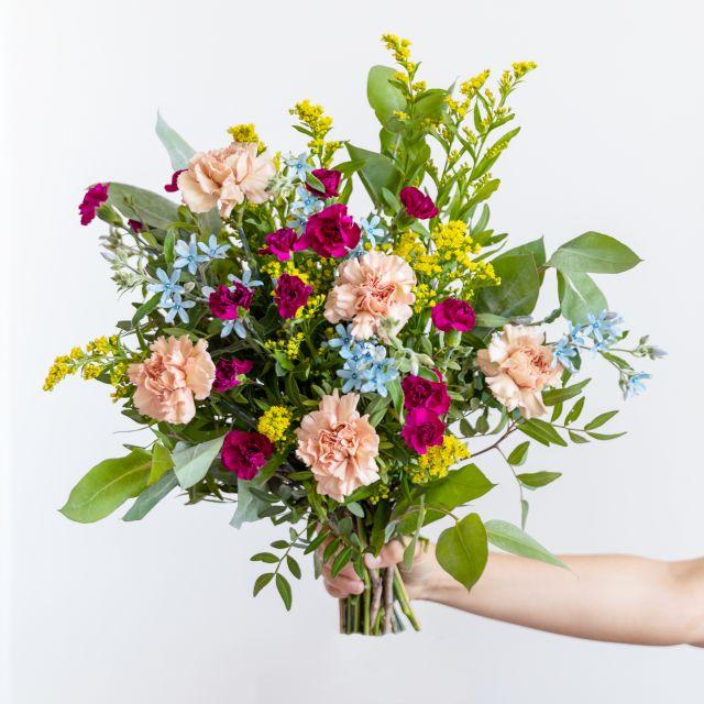 Invia bouquet di fiori con garofano e oxypetalum