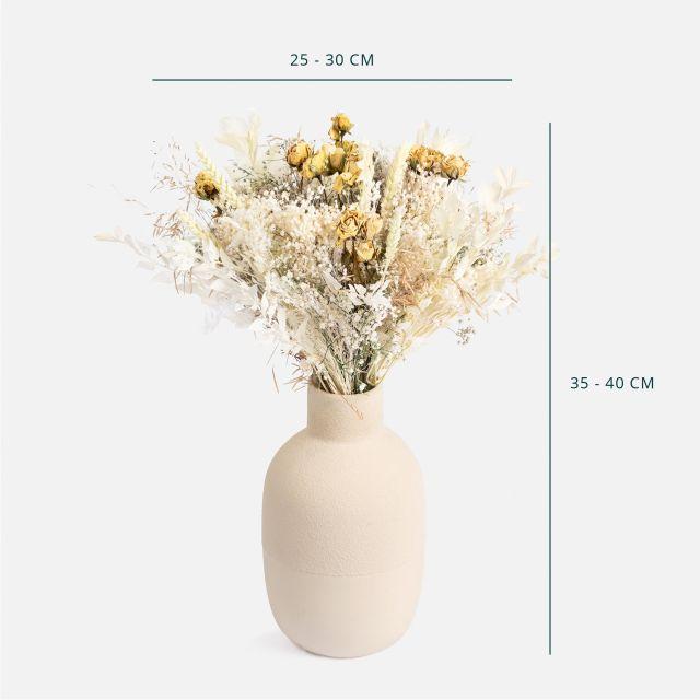 Trockenblumenstrauß mit Rosen und Ruscus