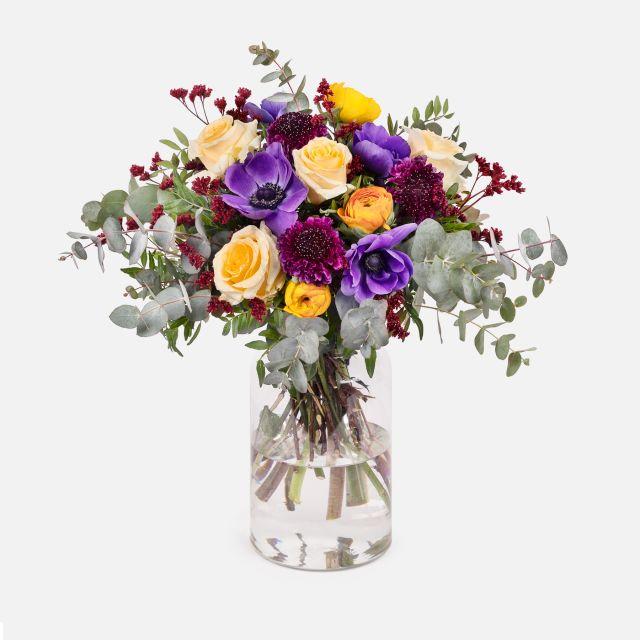Bouquet di fiori freschi blu freddo