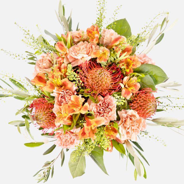 Blumenstrauß aus Nelken und orangenen Alstromelien