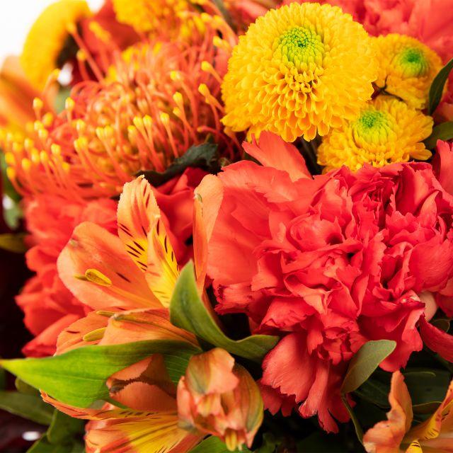 Blumenstrauß mit Chrysanthemen und Astromelien
