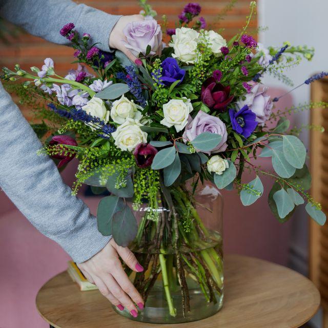 Ramo de flores frescas de lavanda, anémonas y rosas