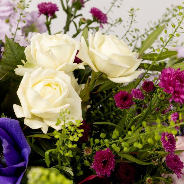 Ramo de flores con lavanda, anémonas y rosas