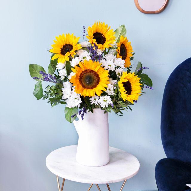 Schicke einen Blumenstrauß aus Sonnenblumen und Lavendel nach Hause