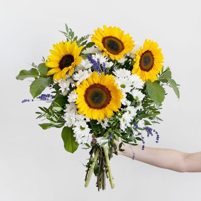 Ramo de flores con girasoles y lavanda