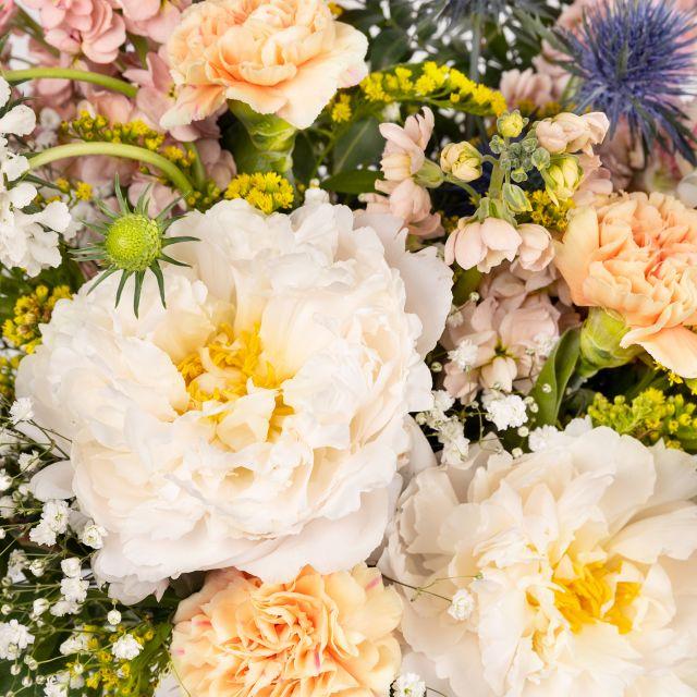 Bouquet di fiori con peonie bianche