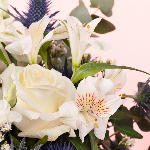 Strauß mit weißen Rosen, Vase und Kerze online verschicken