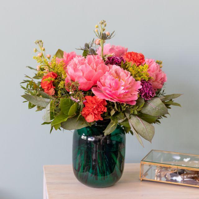 Envío de ramo de flores com peonias e cravos coral