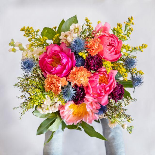 Ramo de flores con peonías color coral