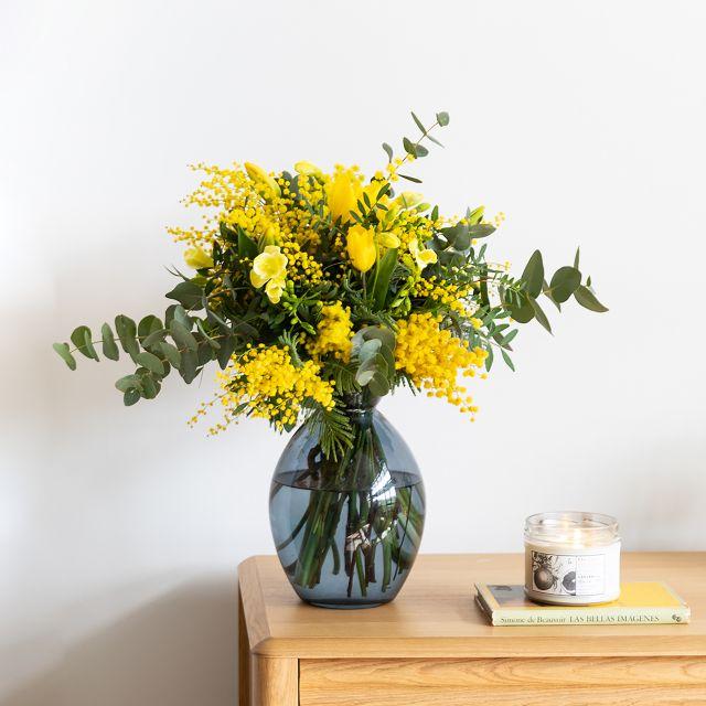 Ramo de flores frescas de mimosa y tulipanes