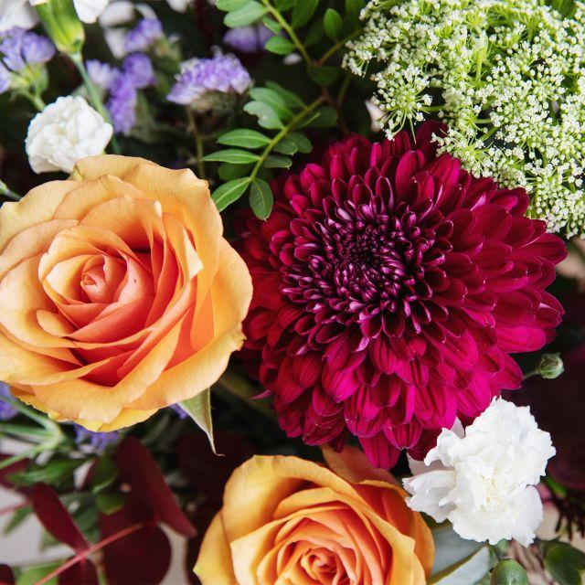 Strauß mit orangefarbenen Rosen