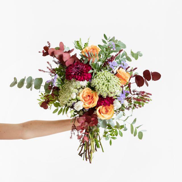 Ramo de flores con rosas naranjas