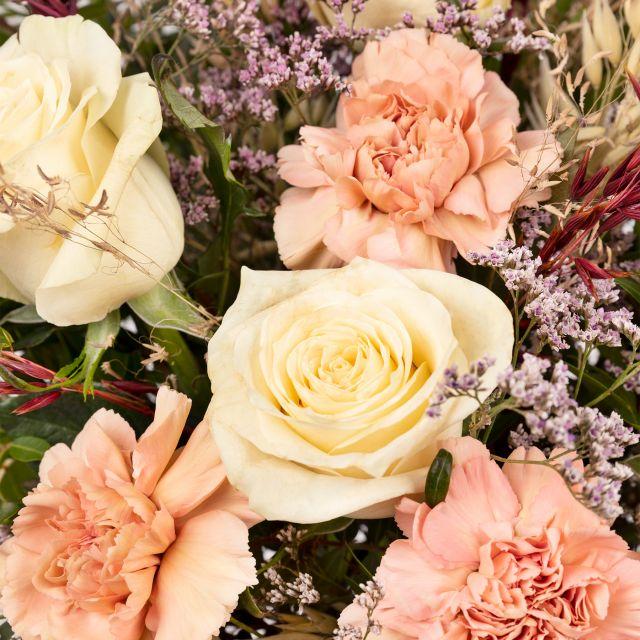 Envío online de ramo de flores con rosas rosas y claveles
