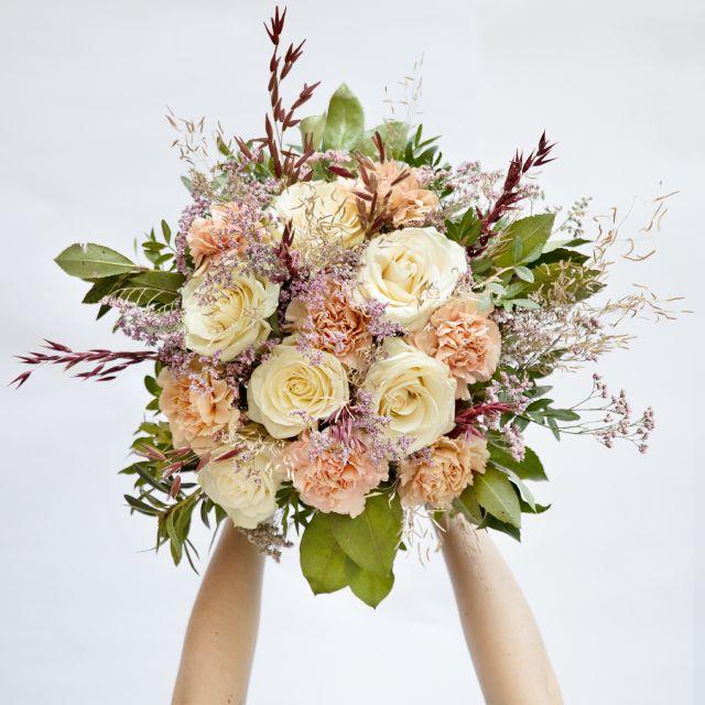 Ramo de flores con rosas rosas y claveles