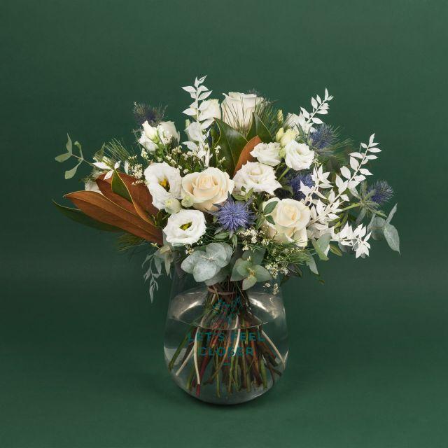 Ramo de flores con rosas blancas
