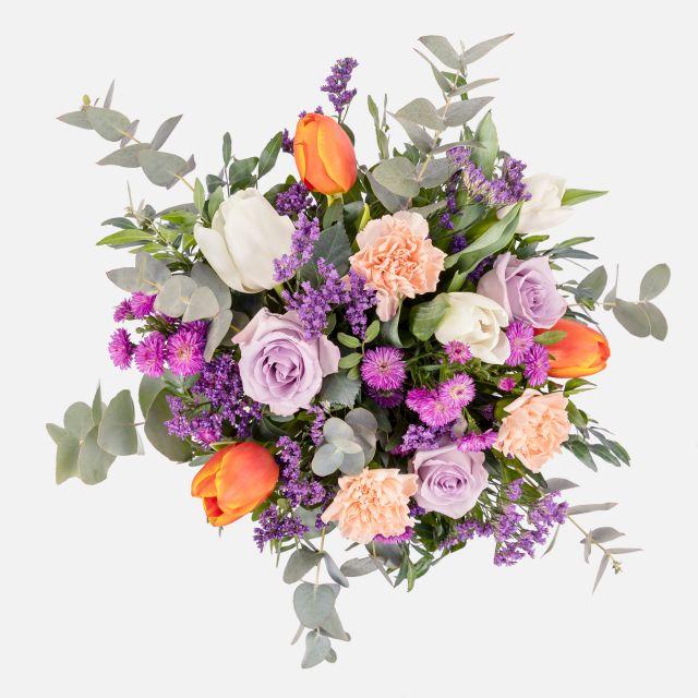 Ramo de flores frescas de rosas e tulipas