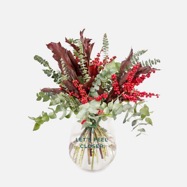 Bouquet di fiori con ilex ed eucalipto