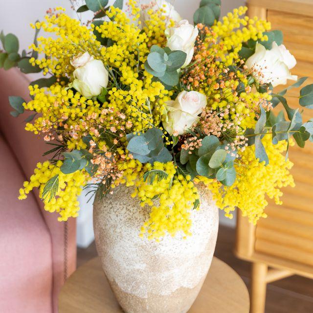 Envío online de mimosa, rosas rosas y eucalipto