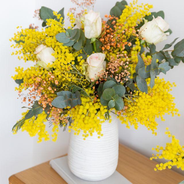 Enviar ramo de flores a domicilio de mimosa y rosas rosas