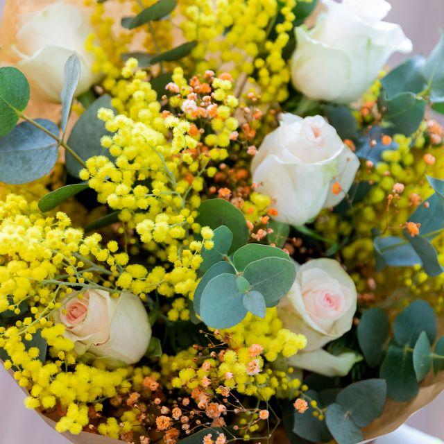 Enviar ramo de flores de mimosa y rosas rosas a domicilio