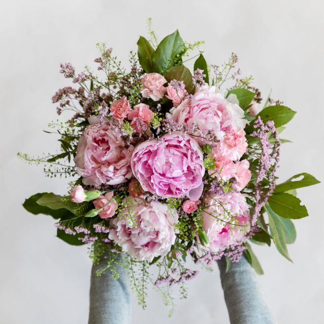 Blumenstrauß mit rosa Pfingstrosen