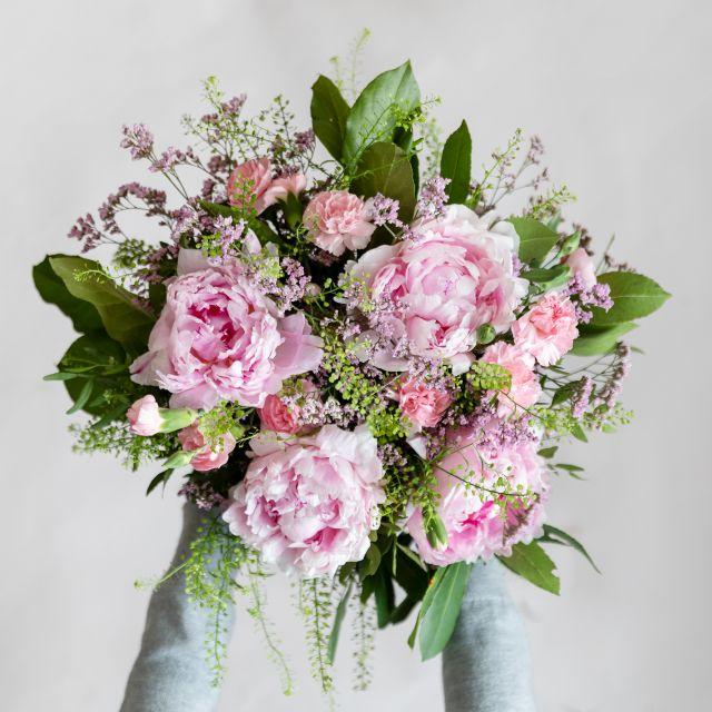 Online-Lieferung von Blumenstrauß mit rosa Pfingstrosen