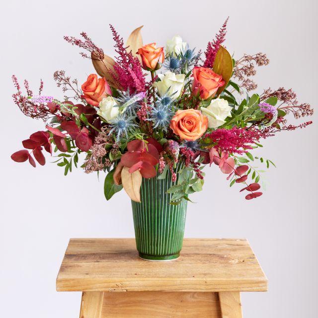 Acquista un bouquet di rose bianche e fiori di magnolia