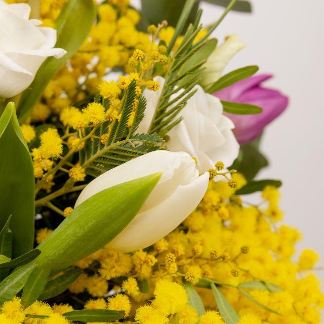 Invia fiori con mimosa e lisianthus a casa tua