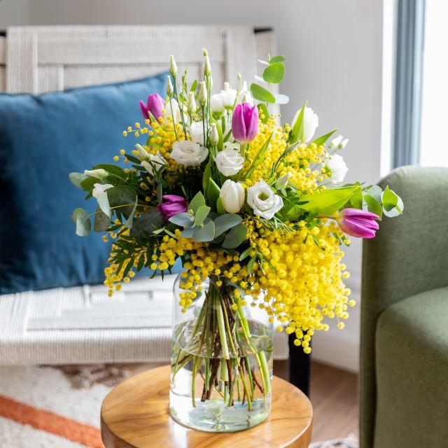 Bouquet di fiori con mimosa, tulipani e lisianthus