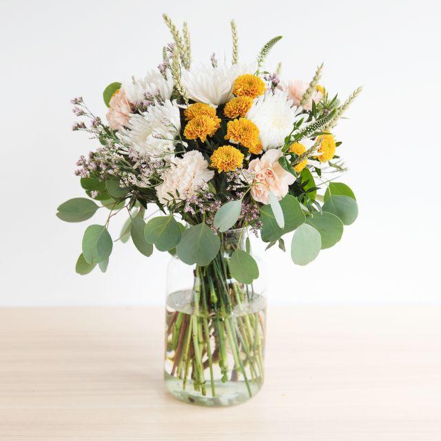 Blumenstrauß in creme- und gelbtönen