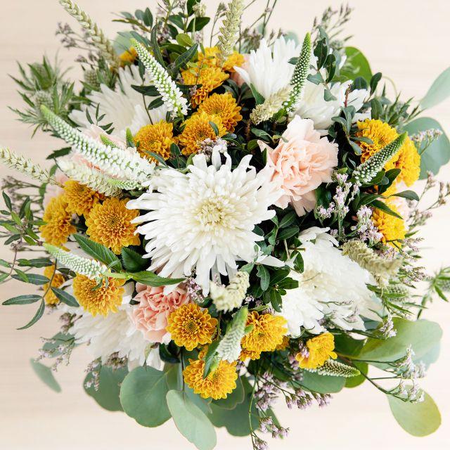 Versand von weißen und gelben Blumen