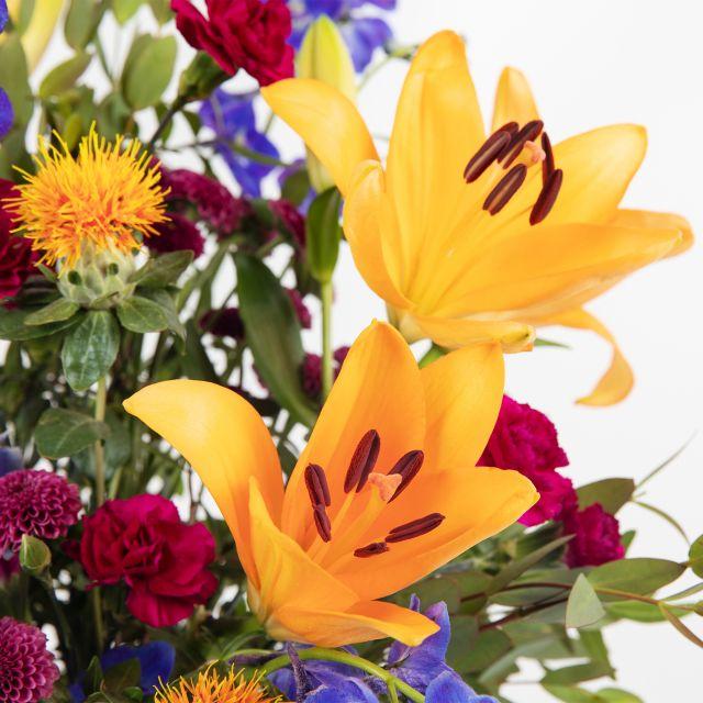 Invia bouquet di fiori con crisantemi e gigli