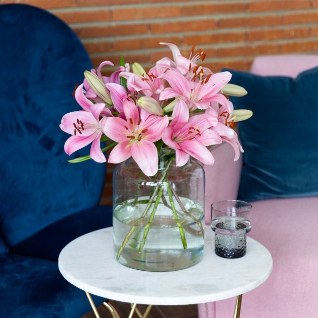 Invia un bouquet di gigli rosa online