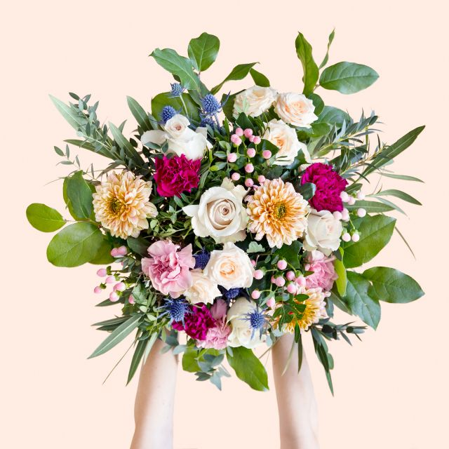 Enviar ramo con rosas y eryngium dia de la madre