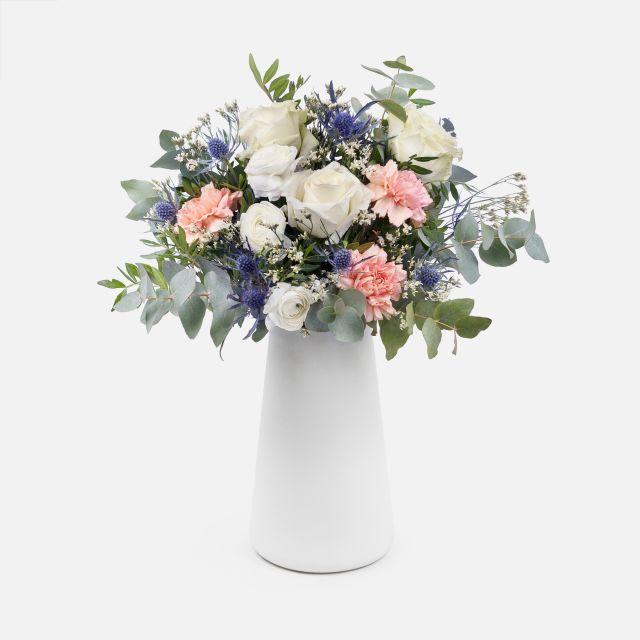Bouquet di fiori con rose bianche per San Valentino
