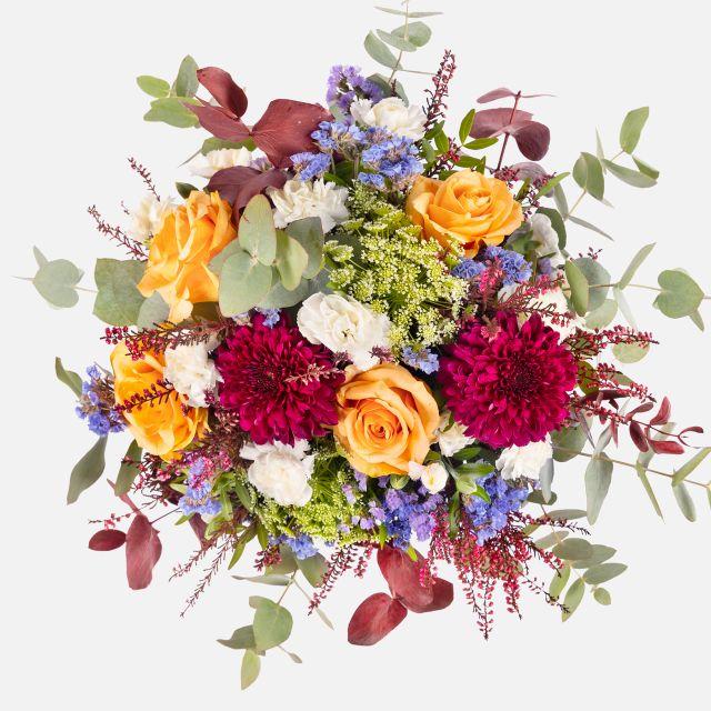 Bouquet di fiori con crisantemi viola