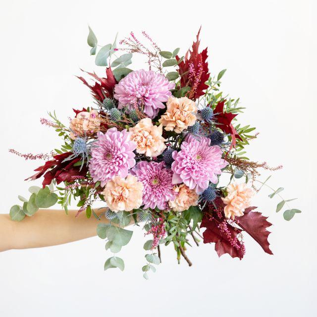 Invia un bouquet di garofani e fiori di crisantemo