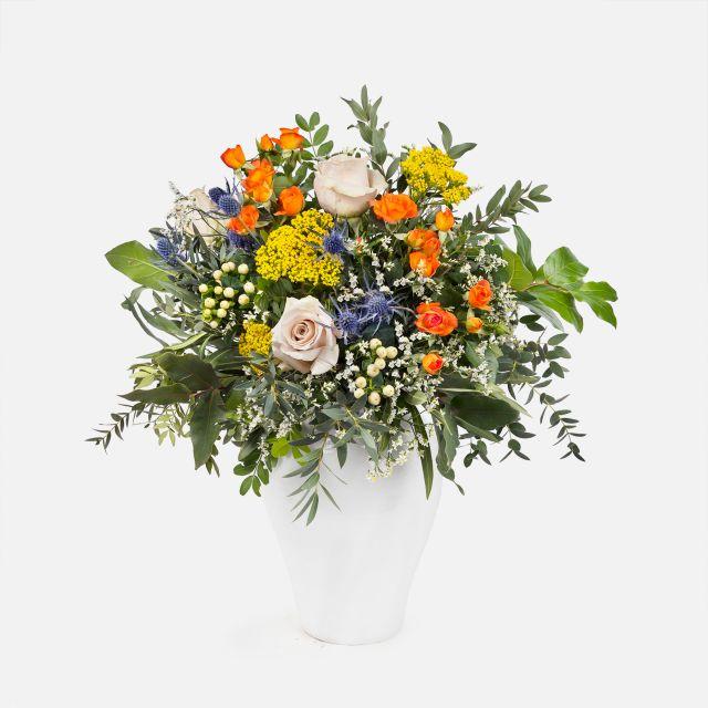 Strauß mit orangfarbenden Rosen und achillea nach Hause schicken