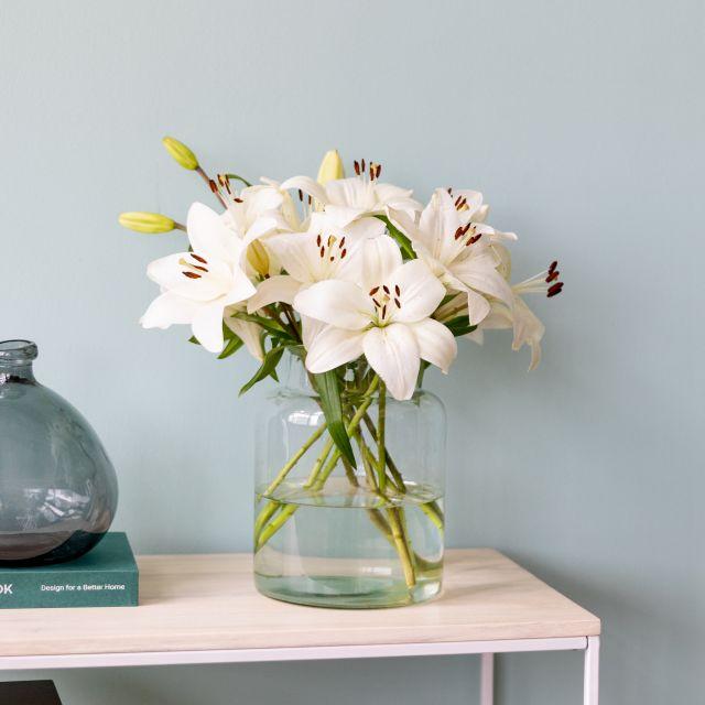 Invia online un bouquet di gigli bianchi