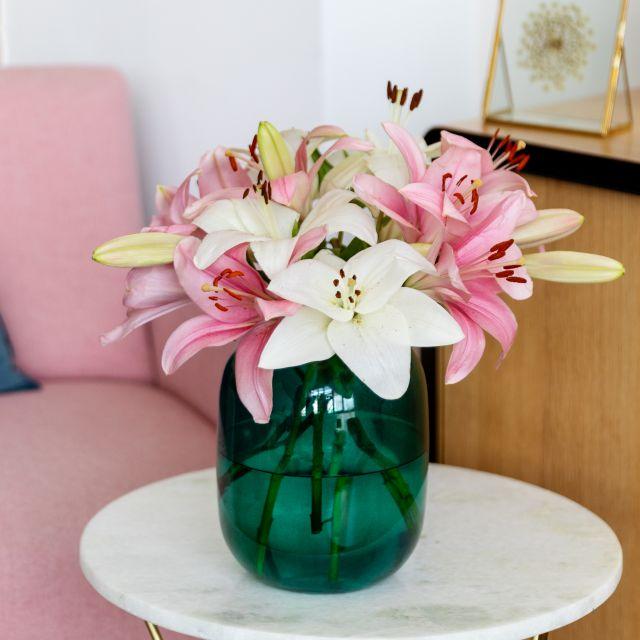 Blumenstrauß mit rosa und weißen Lilien