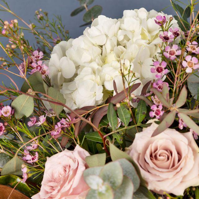 Bouquet di fiori con ortensie bianche
