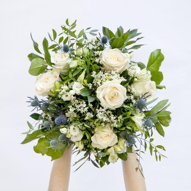 Sende einen Blumenstrauß mit weißen Rosen nach Hause